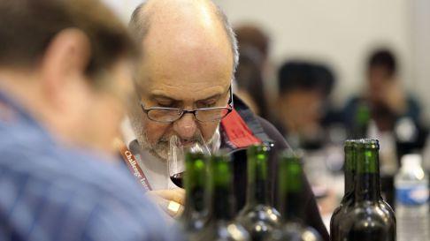 un-homme-goute-du-vin-le-4-avril-2014-a-bourg-pres-de-bordeaux-au-38e-challenge-international-du-vin_4870603