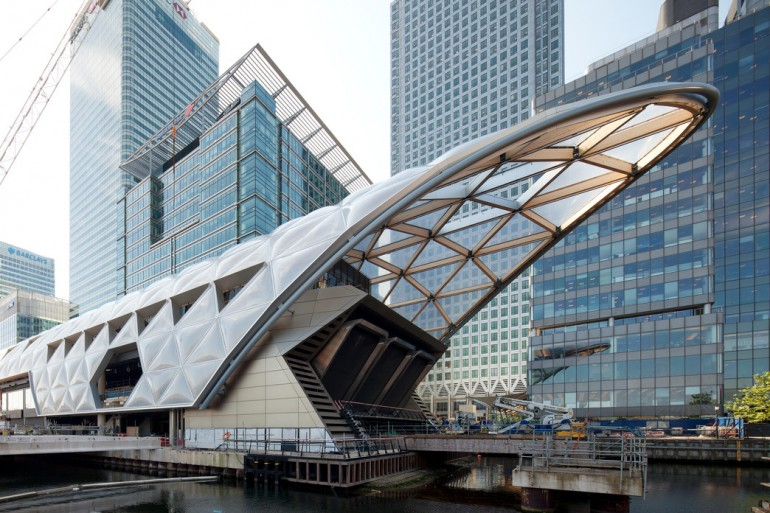 construction of striking lattice timber roof above canary wharf crossrail station_144105.jpg